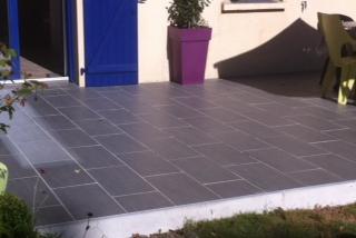 Une nuance de bleu pour harmoniser la terrasse avec les couleurs de la maison à Vertou (44)