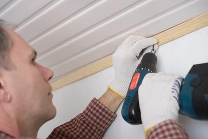 pose de lambris en bois au plafond